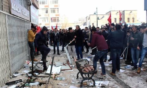 Εκτός ελέγχου η κατάσταση στην Τουρκία: Επιθέσεις σε γραφεία φιλοκουρδικού κόμματος σε όλη τη χώρα
