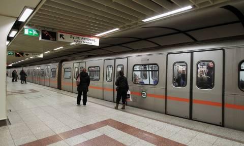 Πλανόδια πωλήτρια λουλουδιών ξέσπασε σε κλάματα μέσα στο Μετρό (vid)