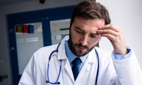 Δραματικό μήνυμα ΟΕΝΓΕ για τον αντεργατικό Νόμο που μειώνει τα εισοδήματα των γιατρών