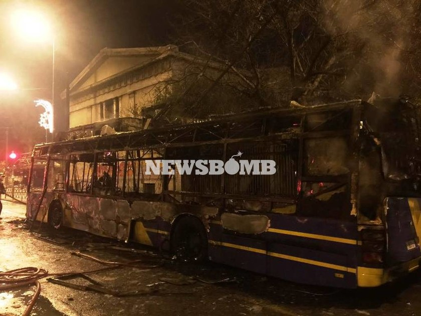 Κουκουλοφόροι έβαλαν φωτιά σε τρία τρόλεϊ στην Πατησίων
