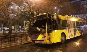 Πανικός στην Πατησίων: Κουκουλοφόροι έβαλαν φωτιά σε τρία τρόλεϊ (pics&vids)