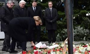 Τρομοκρατική επίθεση Γερμανία: Λουλούδια στο σημείο της επίθεσης άφησε η Μέρκελ (video)