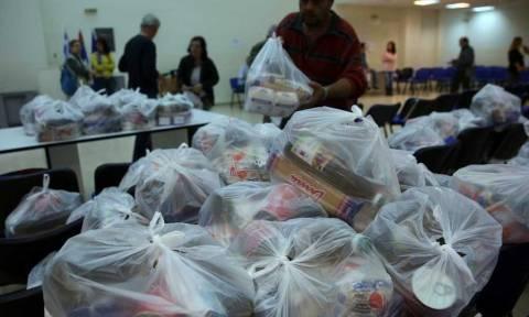 Λάρισα: Δέματα με τρόφιμα σε 500 οικογένειες από το κοινωνικό παντοπωλείο του δήμου
