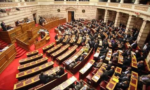 Ένταση στη Βουλή: Σφοδρές αντιδράσεις μετά την «καταιγίδα» τροπολογιών