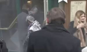 Γαλλία: Πέταξαν αλεύρι στον Μανουέλ Βαλς στο Στρασβούργο (vid)