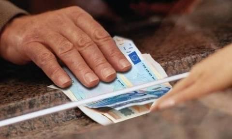 Ποδαρικό με «ψαλίδι» στις συντάξεις – Καταργούνται τα οικογενειακά επιδόματα