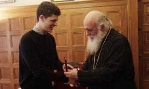 Ο Αρχιεπίσκοπος βράβευσε τον αριστούχο πτυχιούχο της Ιατρικής Σχολής