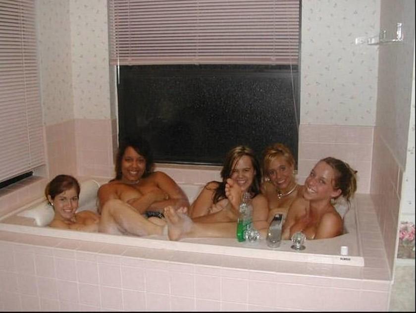 Φωτογραφία ολόγυμνων γυναικών στην μπανιέρα έγινε viral για το λάθος λόγο - Τι τρομακτικό κρύβει;