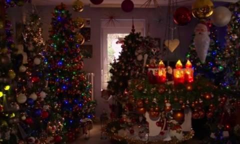 Αυτό το ζευγάρι στόλισε το σπίτι του με 100 χριστουγεννιάτικα δέντρα. Απίστευτο; (Vid)