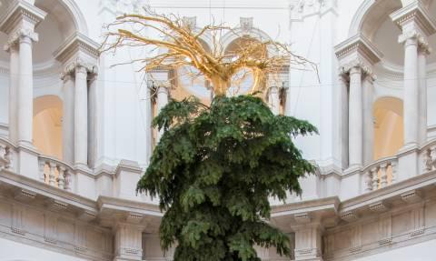 Τι συνέβη και είναι ανάποδα το χριστουγεννιάτικο δέντρο στη διάσημη Tate Gallery; (Pics)