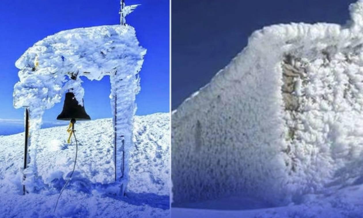 Κρήτη: To εκκλησάκι στην κορυφή του Ψηλορείτη ντύθηκε στα λευκά