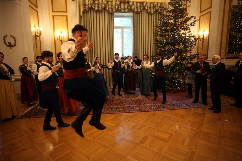 Κάλαντα στον Παυλόπουλο και μαντινάδες για τις τουρκικές προκλήσεις στο Αιγαίο (vid)
