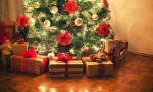 Χτύπησε και δάγκωσε τους γιους της επειδή άνοιξαν τα χριστουγεννιάτικα δώρα!