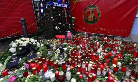 Πένθιμα Χριστούγεννα στο Βερολίνο: Κεριά, λουλούδια και μηνύματα αγάπης για τα θύματα (pics)