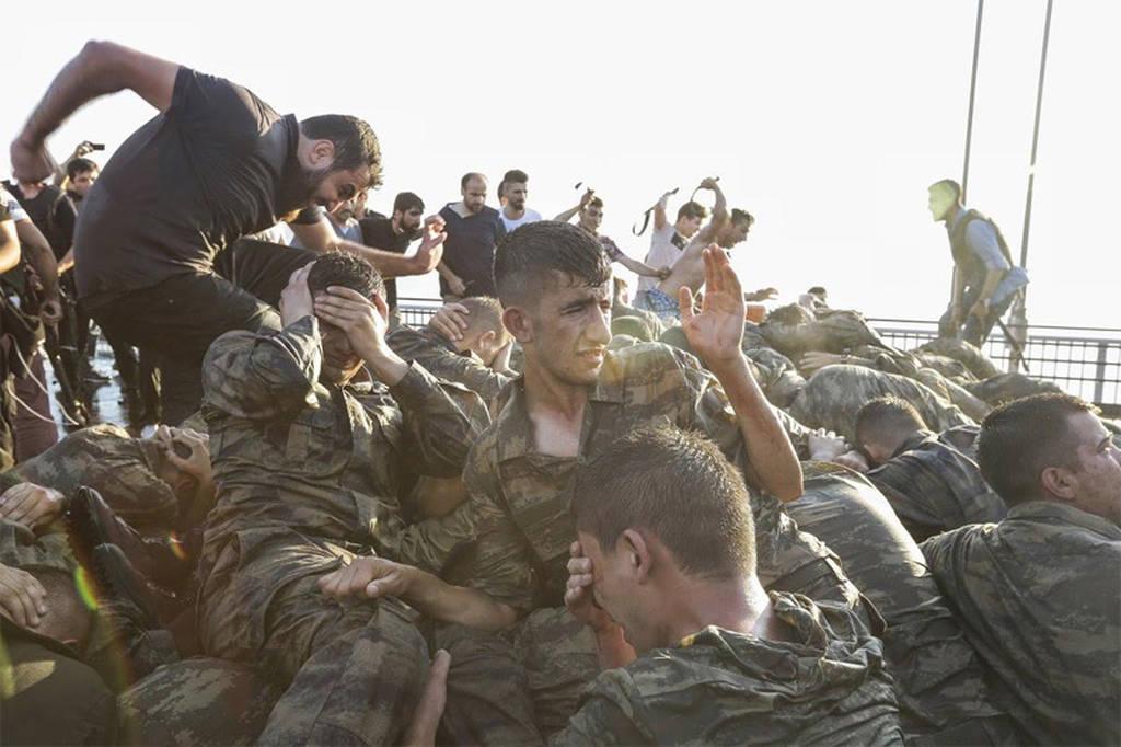 Τουρκία - Στρατιώτες παραδίδονται μετά το αποτυχημένο πραξικόπημα της 15ης Ιουλίου