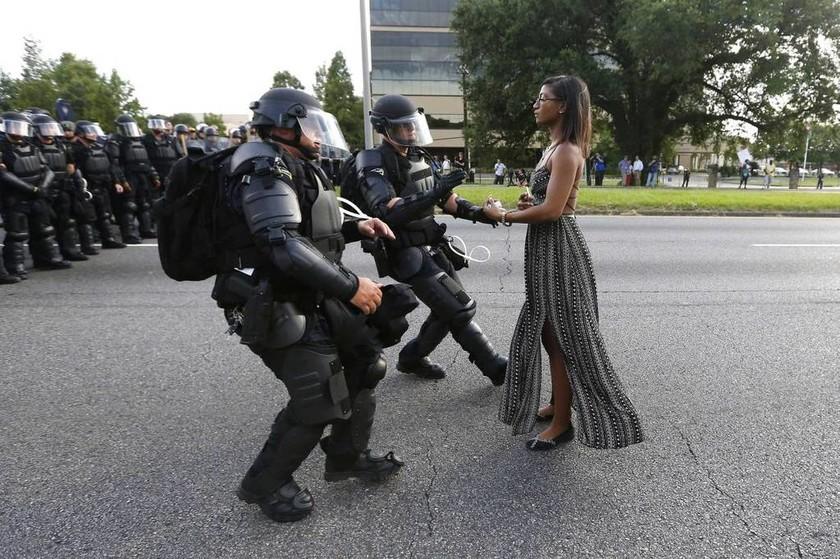 ΗΠΑ - Η Leshia Evans συλλαμβάνεται διαμαρτυρόμενη για την αστυνομική βία