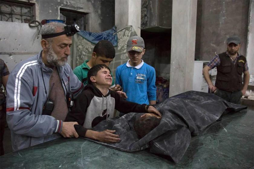 Χαλέπι Συρίας - Το παιδί κλαίει για το μέλος της οικογένειάς του που σκοτώθηκε στους βομβαρδισμούς