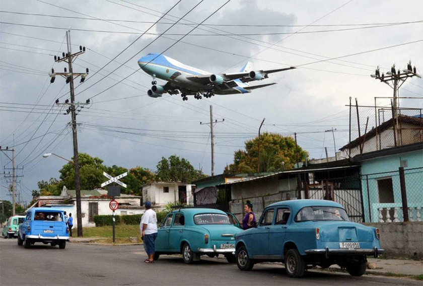 Το προεδρικό αεροσκάφος που μεταφέρει τον Ομπάμα, πλησιάζει στο αεροδρόμιο της Κούβας