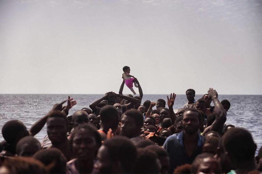 Φωτογραφία του Άρη Μεσσίνη- Πρόσφυγες ανοιχτά της Λιβύης περιμένουν διάσωση