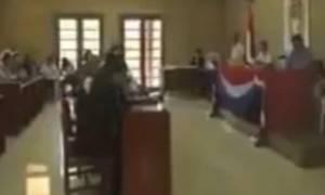 Βίντεο ντοκουμέντο: Έπιασαν πρόεδρο μεγάλης χώρας να βλέπει… πορνό δημοσίως!