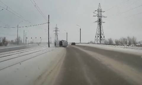 Τροχαίο που σοκάρει: Δείτε γιατί δεν πρέπει να τρέχετε σε χιονισμένους δρόμους (video)
