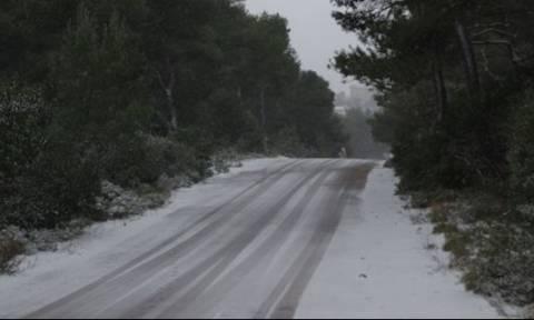 Καιρός: «Το έστρωσε» στην Πάρνηθα - Έκλεισε ο δρόμος