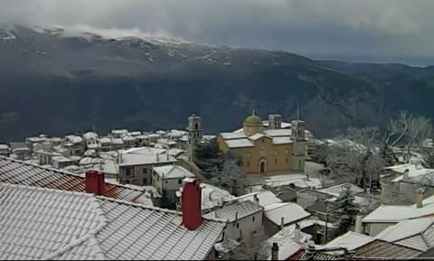 Επέλαση του χιονιά: Ασπρισε η Αράχωβα, «θάβεται» στο χιόνι ο Παρνασσός (Live Cam)