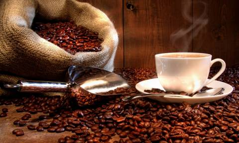 Le Figaro: Γιατί οι Έλληνες τρέχουν να αγοράσουν λάδι και καφέ
