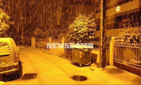 Καιρός LIVE: Χιόνια σε όλη την Αττική - Άσπρη μέρα ξημερώνει στην Αθήνα