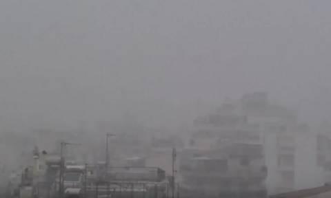 Η στιγμή της έντονης χιονόπτωσης μέσα στην πόλη της Αθήνας (Video)