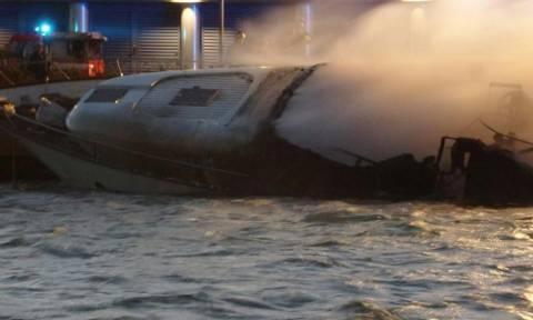 Φρίκη: Τρεις τουρίστες κάηκαν ζωντανοί πάνω σε ιστιοπλοϊκό που τυλίχθηκε στις φλόγες (vid)