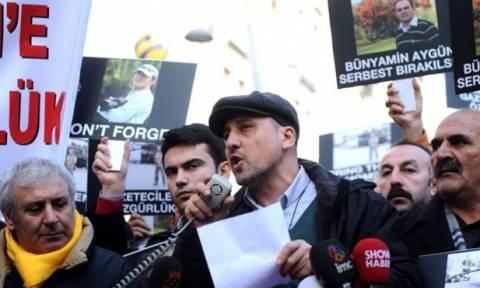 Επιβολή λογοκρισίας στην Τουρκία: Συνελήφθη ο διάσημος δημοσιογράφος Αχμέτ Σικ