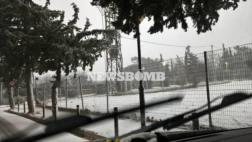 Χιόνια στην Αθήνα – Πυκνή χιονόπτωση ΤΩΡΑ στα βόρεια προάστια