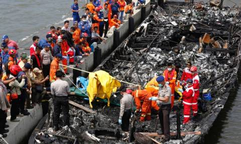 Τραγωδία στην Ινδονησία: 23 νεκροί από φωτιά σε τουριστικό φεριμπότ
