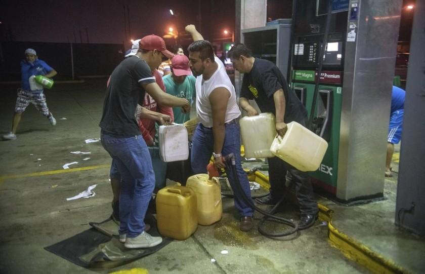 Χάος στο Μεξικό: Πλιάτσικο και συγκρούσεις με την αστυνομία για την αύξηση της τιμής της βενζίνης