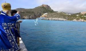 Θεοφάνεια: Γιατί πετάμε το σταυρό στη θάλασσα
