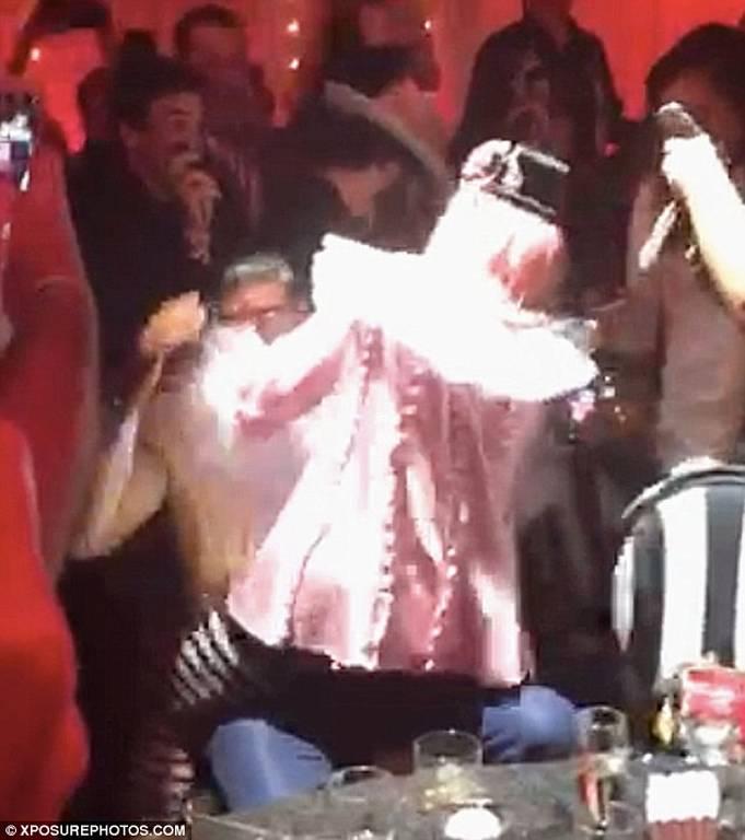 Αποκαλυπτικό βίντεο: Ακατάλληλος χορός της Μαντόνα σε θαυμαστή – Του πρόσφερε τα γυμνά της οπίσθια!
