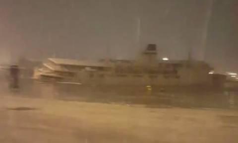 Καιρός ΤΩΡΑ: Χιονοθύελλα μέχρι και στο λιμάνι του Πειραιά (video)