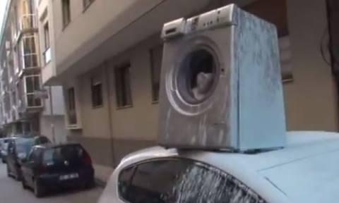 Πέταξε πλυντήριο πάνω σε αυτοκίνητο γιατί ενοχλήθηκε από το παρκάρισμά του! (vid)