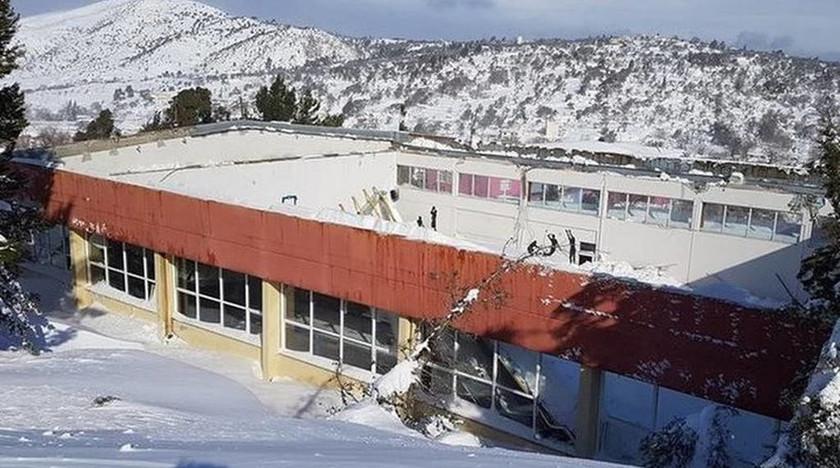 Καιρός: Κατέρρευσε οροφή σε κλειστό γυμναστήριο στην Κύμη από το χιόνι (pic)