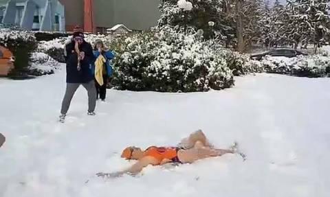 Καιρός: Απίστευτες εικόνες στη Λάρισα - Κολύμπησαν στο χιόνι (vid)