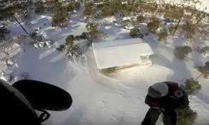 Καιρός - Συγκλονιστικό βίντεο: Καρέ - καρέ η διάσωση εγκλωβισμένων στην Κύμη από ελικόπτερο του Π.Ν.