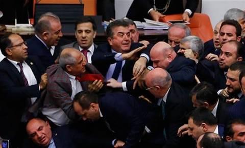 Άγριο ξύλο στην τουρκική Βουλή για τις υπερεξουσίες του Ερντογάν – Δείτε τις απίστευτες εικόνες