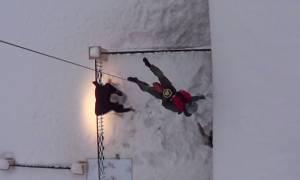 Συγκλονιστικό βίντεο: Η δραματική διάσωση εγκλωβισμένων στη Σκόπελο από ελικόπτερο της ΠA