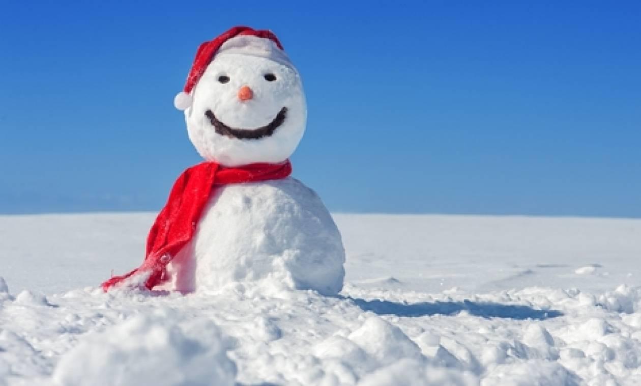 Ο πιο... ξάπλα χιονάνθρωπος που έχετε δει ποτέ, φτιάχτηκε στη Θεσσαλονίκη (video)