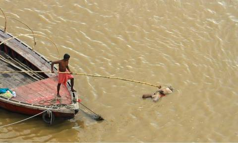 Τραγωδία στην Ινδία: Τουλάχιστον 21 νεκροί από βύθιση πλοίου στον ποταμό Γάγγη (Vid+Pics)