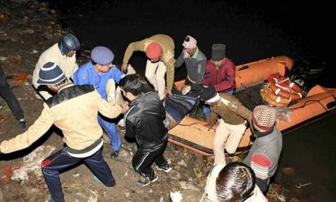 Τραγωδία στην Ινδία: Στους 24 οι νεκροί από το ναυάγιο στον ποταμό Γάγγη (Vid+Pics)