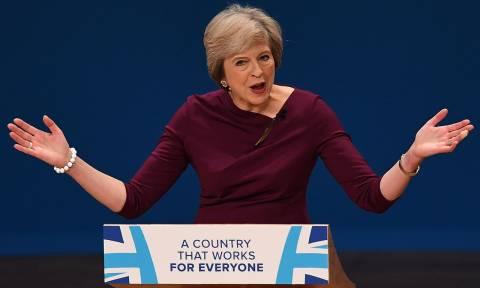 Αποκάλυψη: Σε «σκληρό» Brexit ετοιμάζεται να προχωρήσει η Τερέζα Μέι