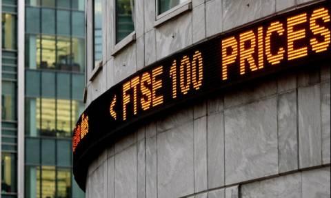 Νέο ιστορικό υψηλό του FTSE ενώ υποχωρεί η στερλίνα