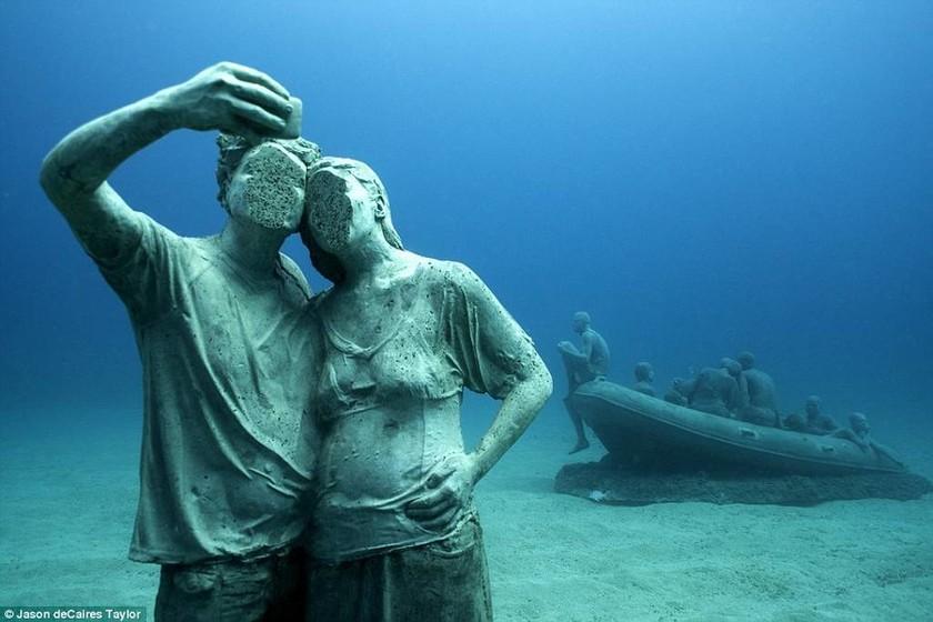 Μαγικές εικόνες από το πρώτο υποβρύχιο μουσείο γλυπτών στην Ευρώπη (Pics+Vid)